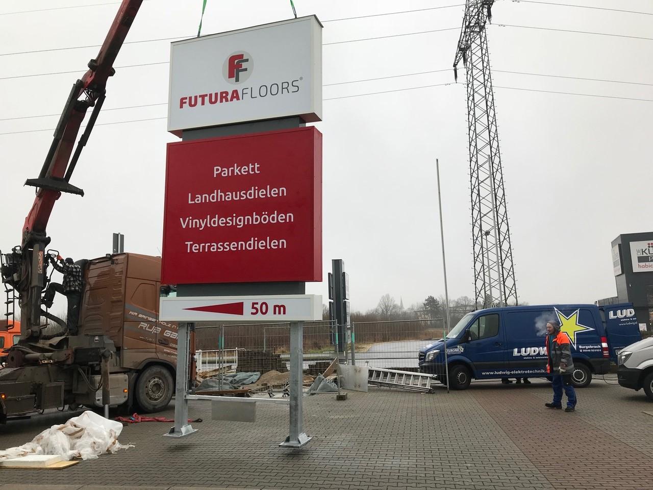 Montage - Werbeturm - Futura Floors - Werbepylon.de