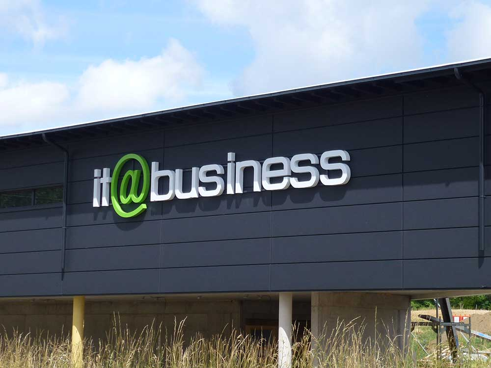Leuchtschrift - it@business - Werbepylon.de