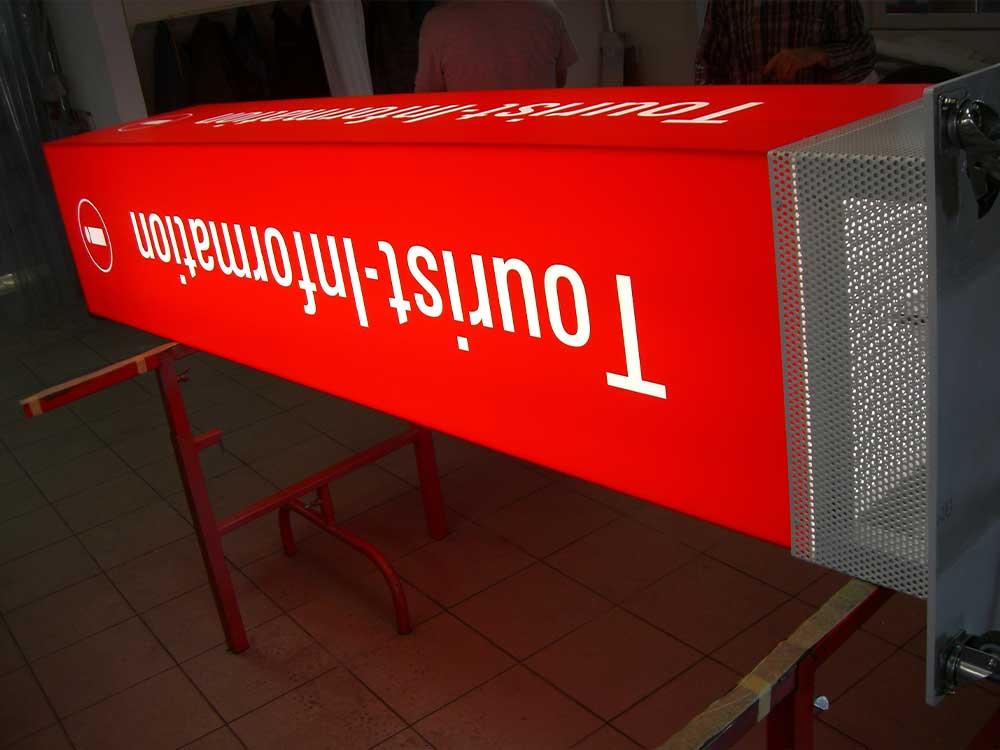 Stele-beleuchtet-mit-Folienbeschriftung