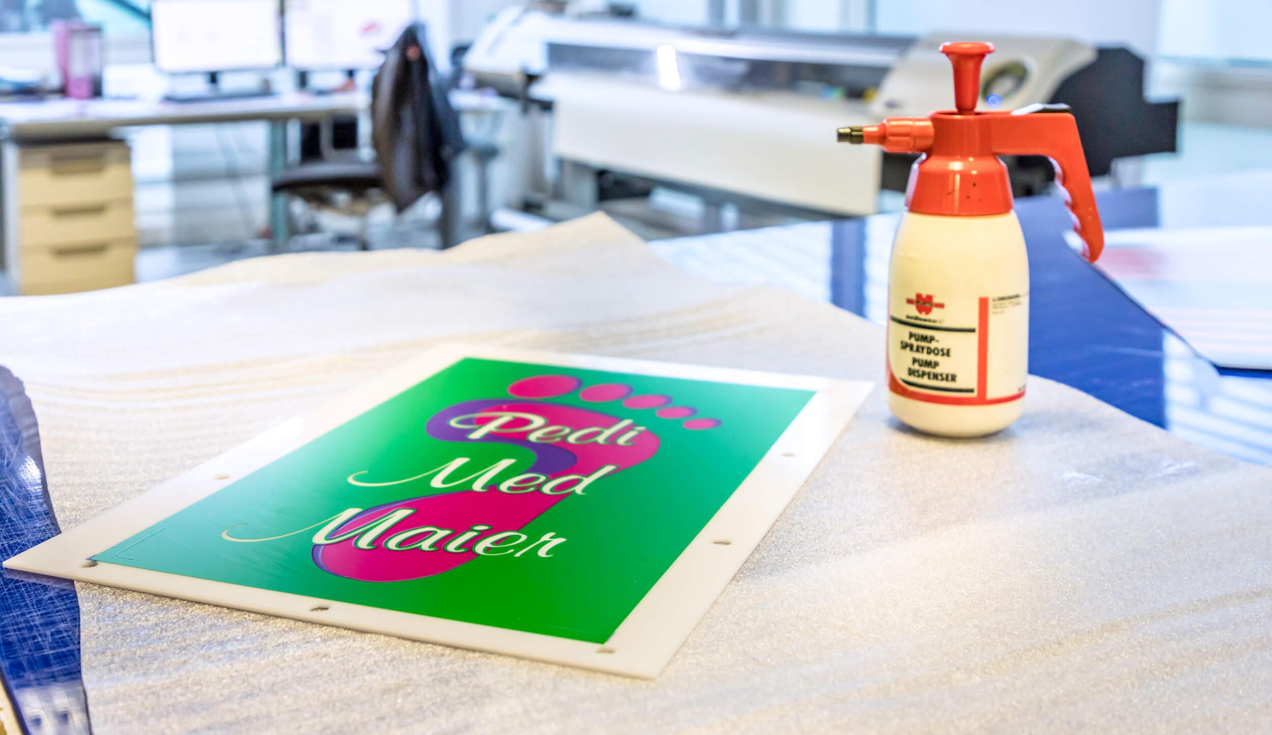 Folienbeschriftung - Montagehalle - Pedi Medi Maier - Werbepylon.de