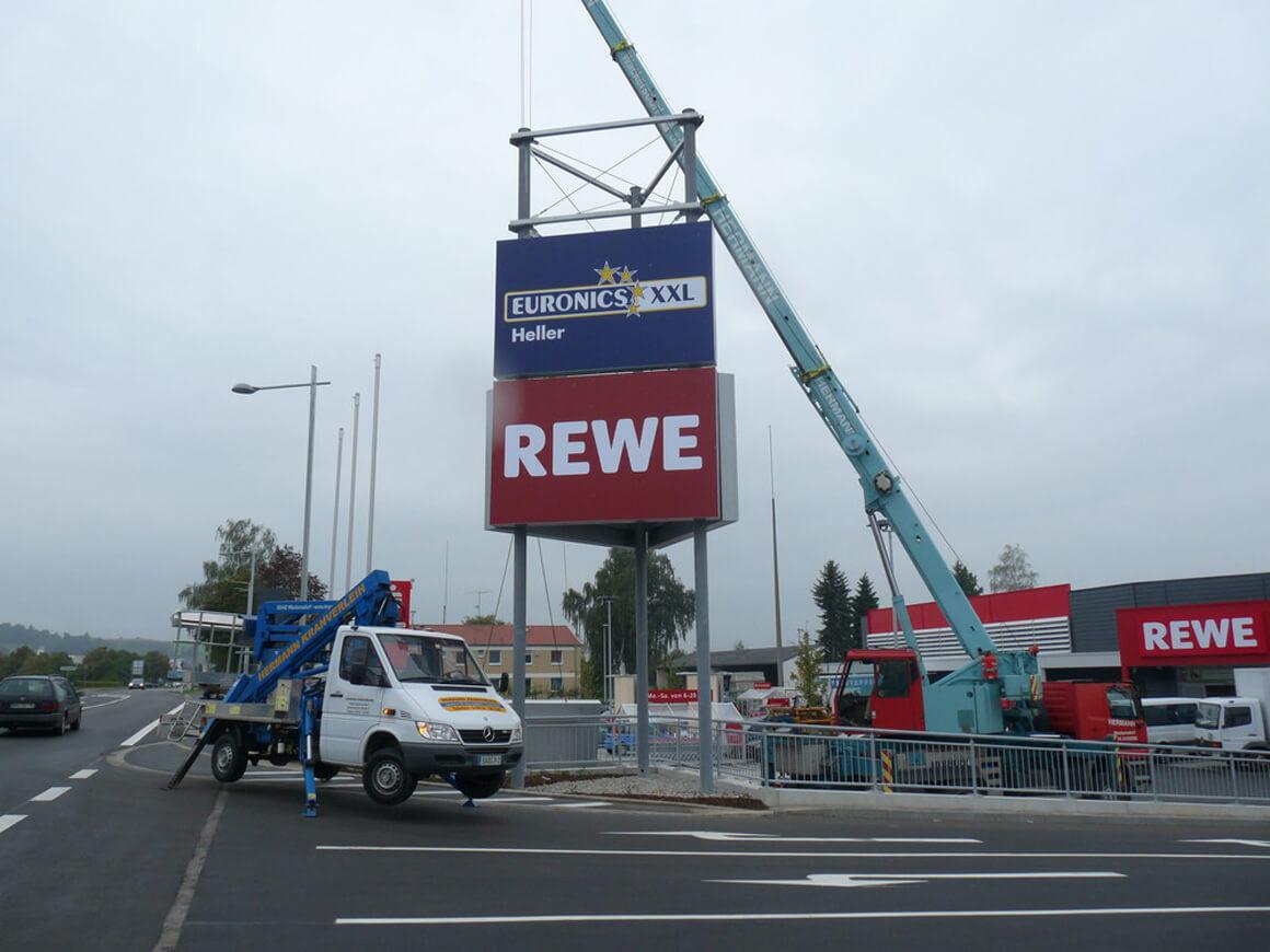 Großwerbefläche - Montage - Euronics, Rewe - Werbepylon.de