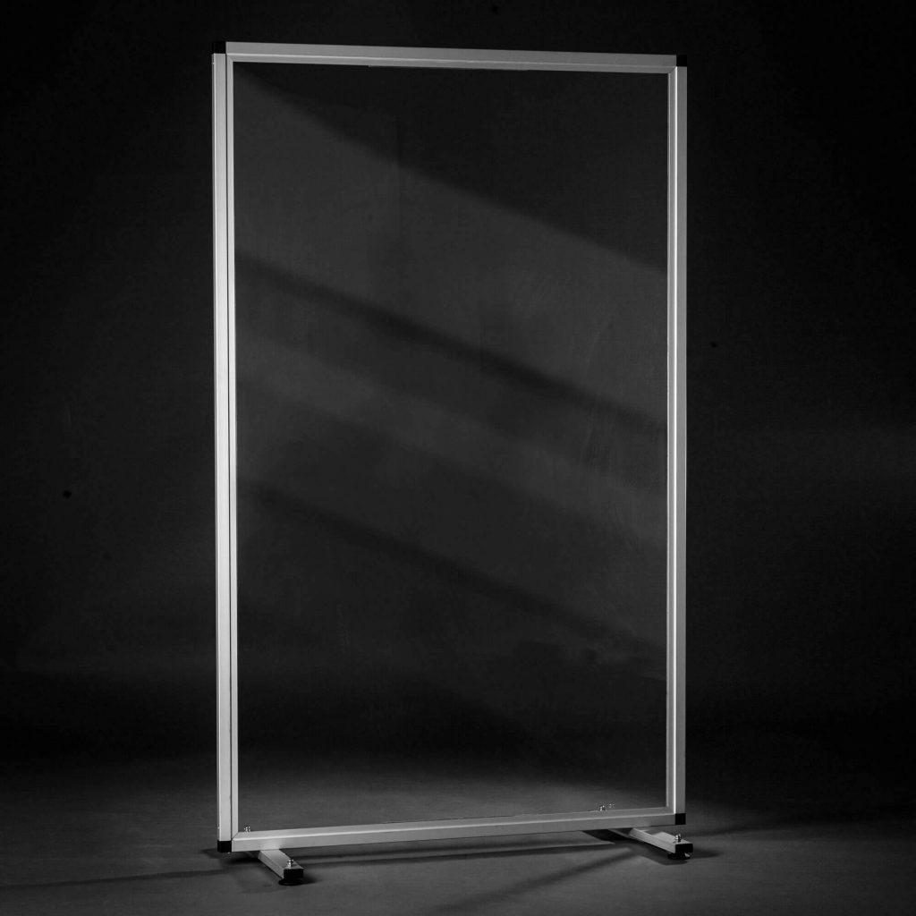 Mobile Acrylschutzwand mit silbernen Rahmen