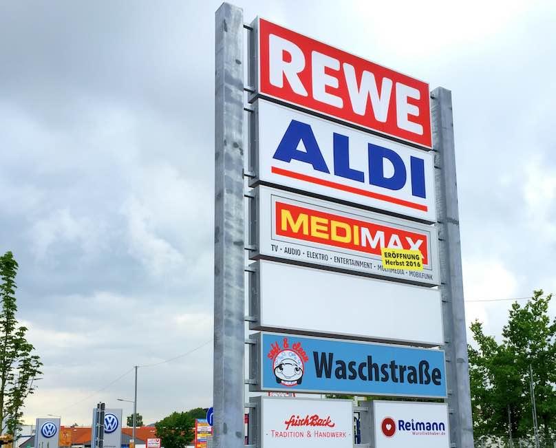 Werbeschild für Einkaufszentrum - Supermarkt Werbestele beleuchtet