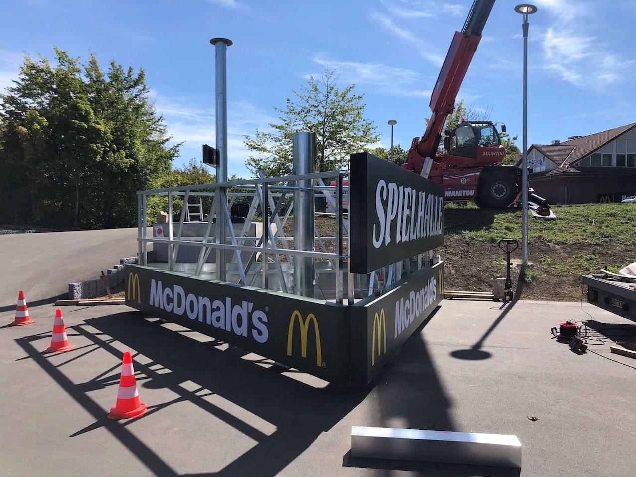 Aufbau Werbeturm McDonalds