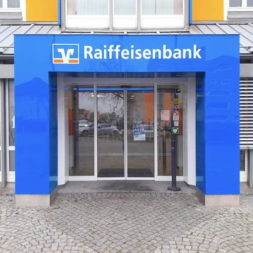 Eingangsportal beleuchtet für Raiffeisenbank