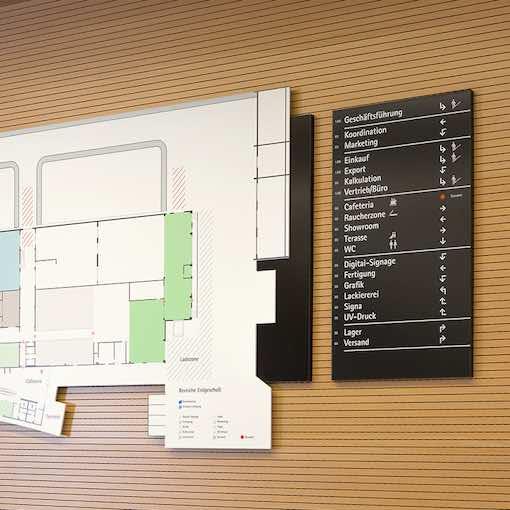 Leitsystem mit Plan im Gebäude