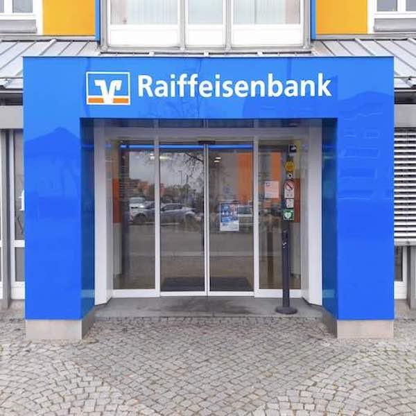 1Eingangsportal-beleuchtet-fuer-Raiffeisenbank