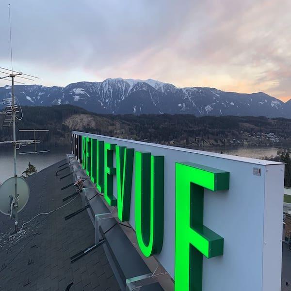 Gruene-Leuchtbuchstaben-auf-Hoteldach