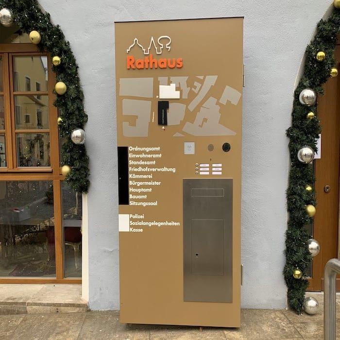 Werbepylone-vor-Rathaus