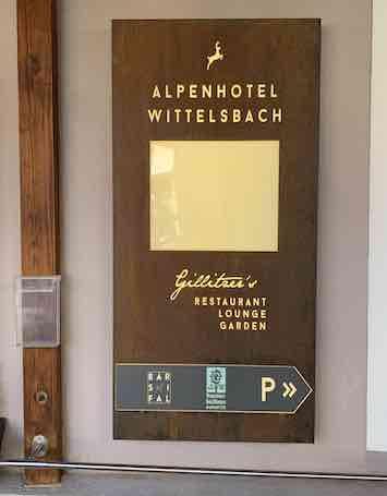 Corten Werbestele an Wand Hotel