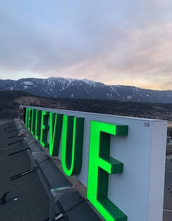 Grüne LED Leuchtbuchstaben auf Hotel Dach