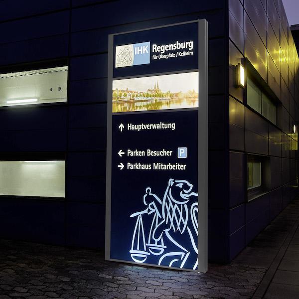 Werbepylone IHK Regensburg bei nacht