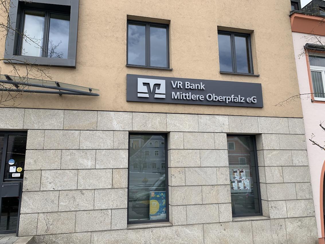 Leuchtreklame Bank in Weiß und Braun